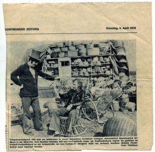 Ruhrnachrichten vom 9. April 1974 über Stuhlflechterei Rattanburg, damals noch an der Ardeystraße in Dortmund. Auf dem Bild ist links Wilhelm Burg Senior zu sehen.