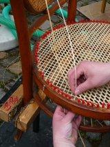 Rattanstuhl wird in Handarbeit geflochten