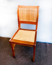 Stuhllehne behandelt, Sitzfläche noch unbehandelt. Holzstuhl mit modernem Geflecht